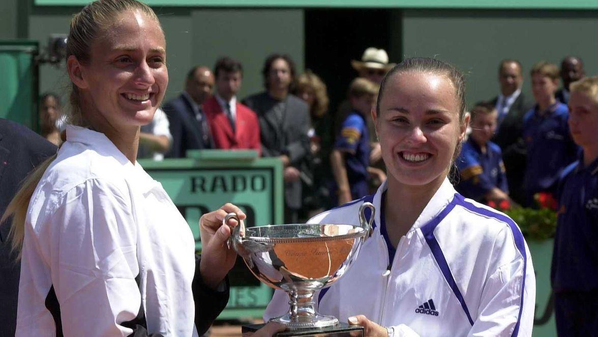 Mary Pierce y Martina Hingis obtuvieron el título en 2000, después de haber alcanzado la final del Abierto de Australia a principios de la temporada.  Pierce también ganó el título de singles del 2000 Roland Garros, derrotando a Hingis en las semifinales en el camino.