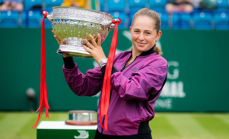 La Letona Jelena Ostapenko logra su primer titulo desde el 2019 y el primero sobre hierva de su carrera ante la estonia Anett Kontaveit