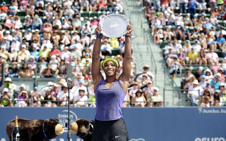 Serena Williams - 2014_Stanford_Trophy Lift_Getty